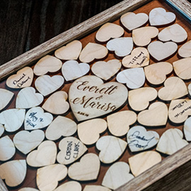 Laser Cut dan Engraved Wooden Hearts dalam Guestbook Guest Shadow Box