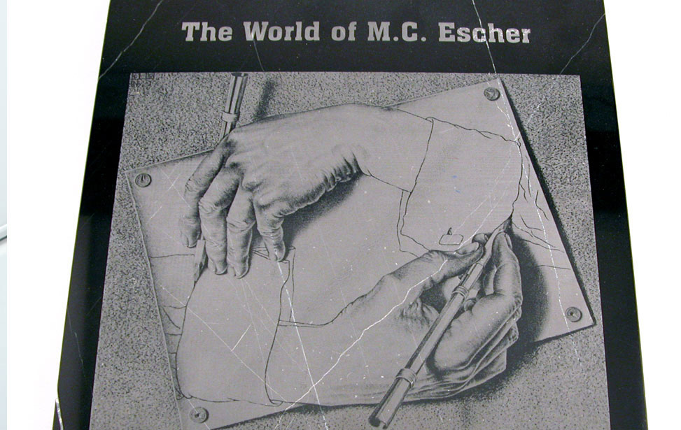 Graverad illustration av M.C. Escher på marmor